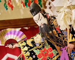 特典で見られる島根県石見地方の伝統芸能・石見神楽の場面