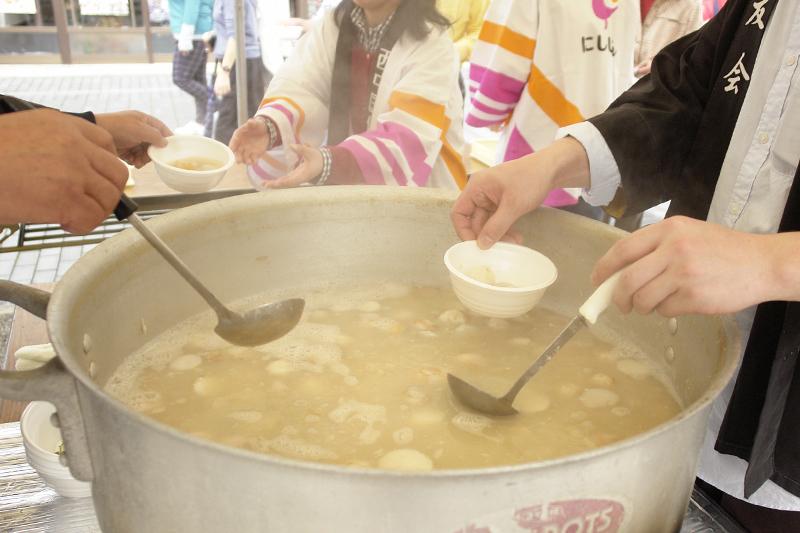 大きな鍋からふるまわれる芋煮