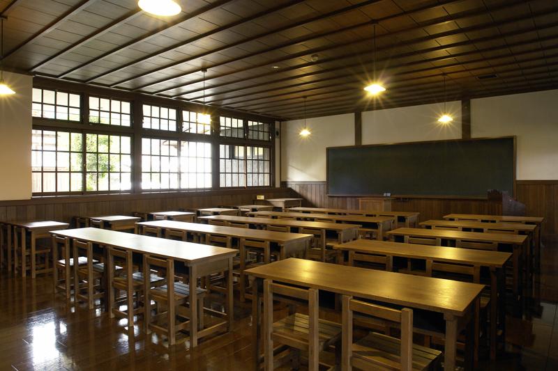昭和初期の学校を再現した木造の教室