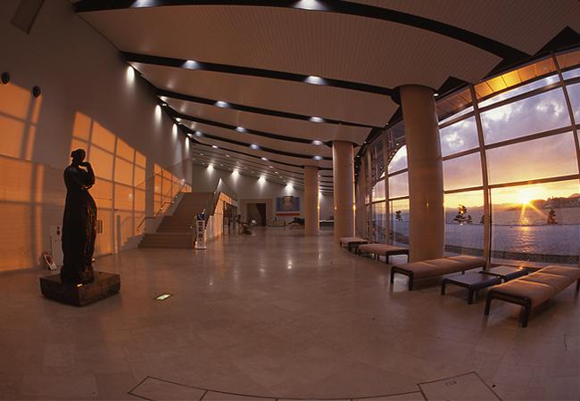 島根県立美術館のエントランスロビー