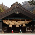 Incomparable dignity and the craftman's skill, the largest Shimenawa (Shinto straw rope) in Japan