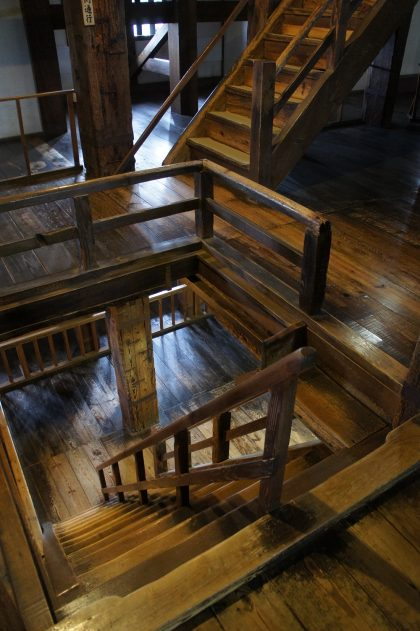 Escalier à l'intérieur de la tour du château de Matsue