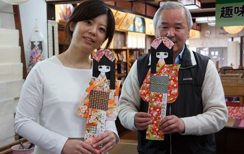 和紙人形づくりを体験