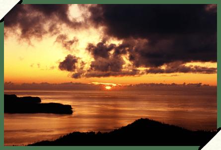 知夫里島の海に沈む夕日