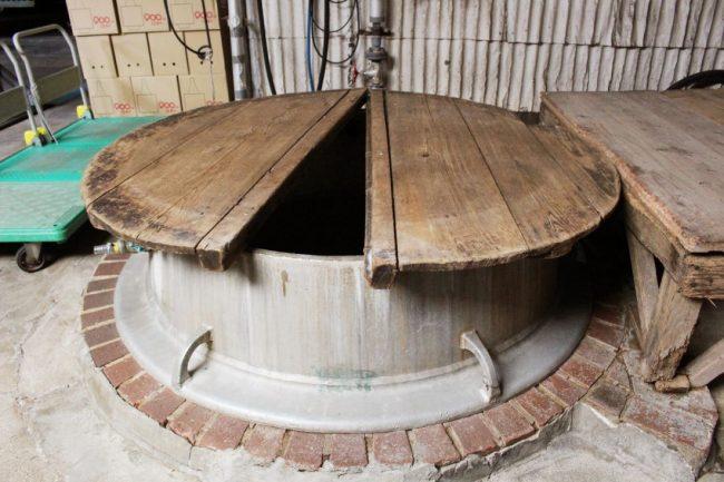 五右衛門風呂式で酒米を蒸す昔ながらの和釜