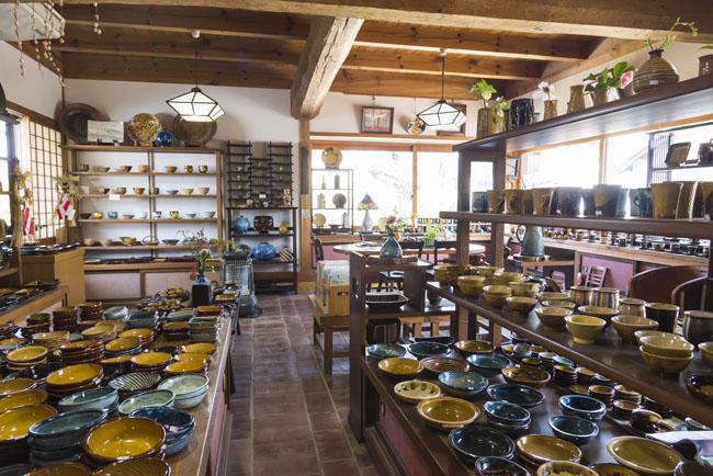 布志名焼 湯町窯のギャラリーショップ 内観