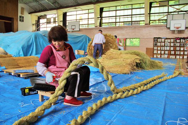 注連縄を飾る縄作り