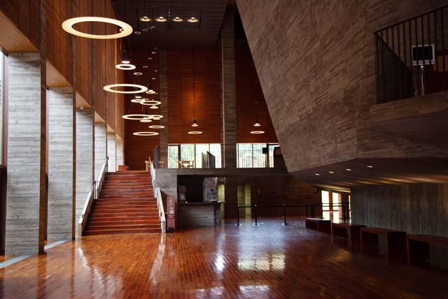 島根県立いわみ芸術劇場のホワイエ