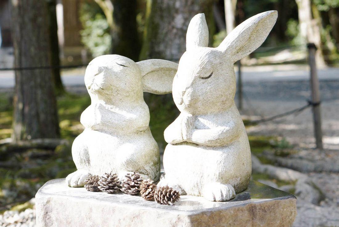 ウサギの石像