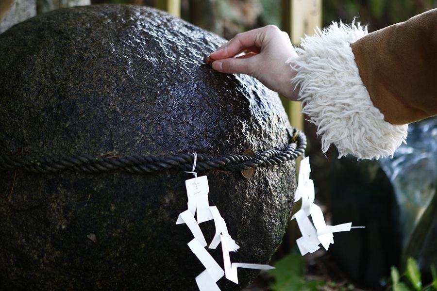 玉作湯神社願い石