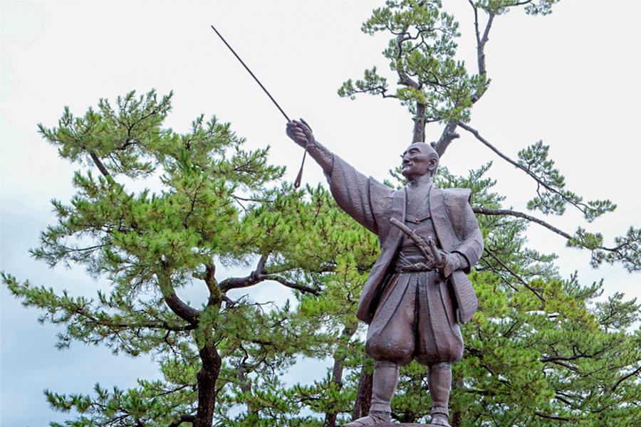 堀尾吉晴の銅像