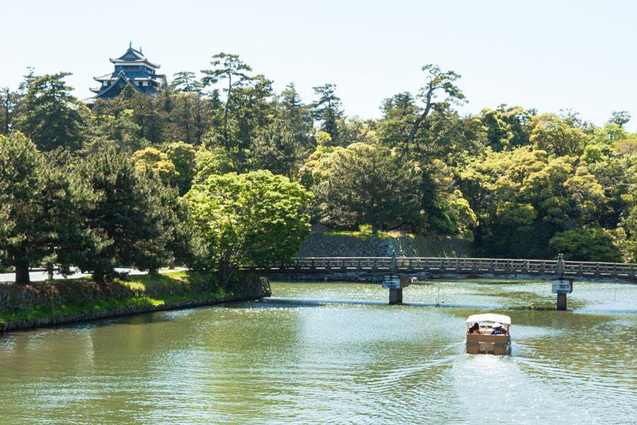遊覧船と松江城